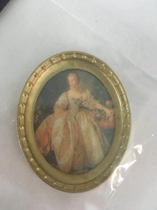 Billede, oval i ramme med dame / dukkehus